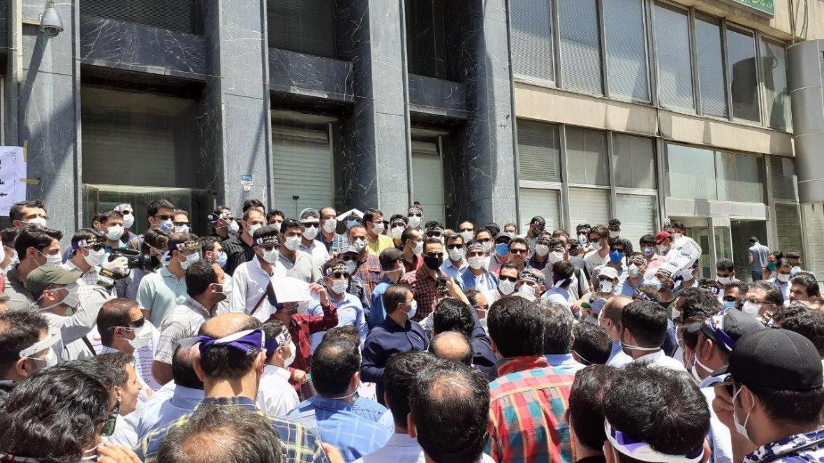 تجمع کارکنان وزارت نفت در اعتراض به اجرا نشدن افزایش حقوق